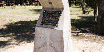 Soporte de placa al fundador de Mar de las Pampas